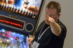 Pinball Expo Chicago: Steve Ritchie vor dem Game-of-Thrones Flipperautomaten.