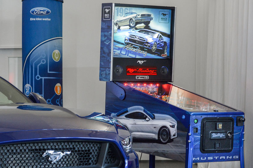 Blaues Ford Mustang Coupé trifft auf Stern Pinball Mustang LE