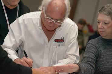 Pinball Expo Chicago: Gary Stern schreibt Autogramme.