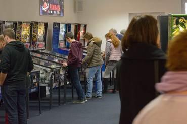 Im Bereich des Ladengeschäfts wurde am Star Trek, Metallica, Walking Dead, Avengers und Mustang Flipperautomaten viel gespielt.