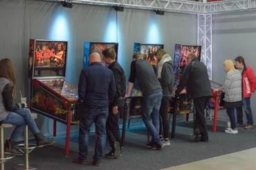 Im Messebereich unten in der Halle wurde an den Flipperautomaten AC/DC, Terminator, Iron Man und X-Men ausgiebig geflippert.