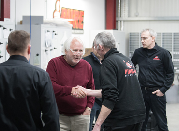 Gary Stern begrüßt das PU Werkstatt- und Service-Team.