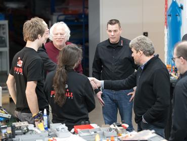 Doug Skor begrüßt das PU Werkstatt-Team.