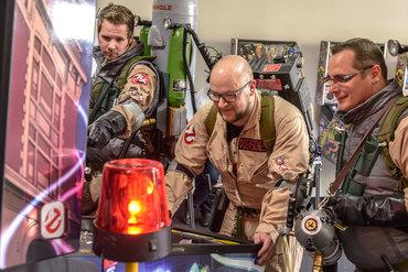 Die Jungs der Ghostbusters Niedersachen am neuen Ghostbusters Pro von Stern Pinball