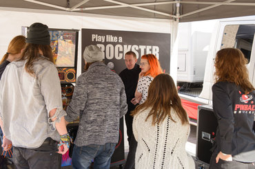 Großes Interesse an der Aktion Play like a Rockster! zum Auftakt der Kooperation von Lautsprecher Teufel und ?Pinball Universe