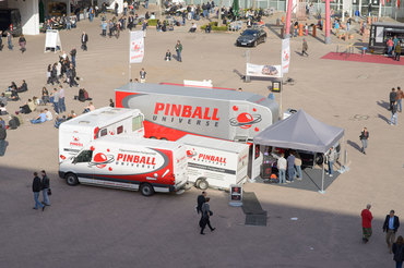 Stets gut besucht: Unser Pinball-Camp mit Showtruck, Wohnmobil, Crafter, Anhänger und Pavillon