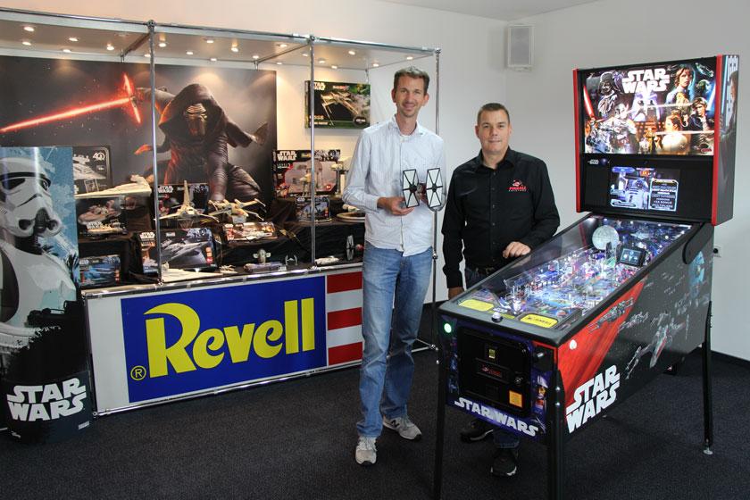 Foto (v.l.): Hendrik Dresrüsse (Marketing Manager Model Kits, Revell GmbH) und Daniel Schwarz (PINBALL UNIVERSE a Division of J. Schwarz GmbH)